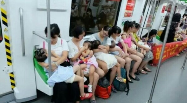 Hari asi sedunia, para ibu rame-rame susui anak di kereta