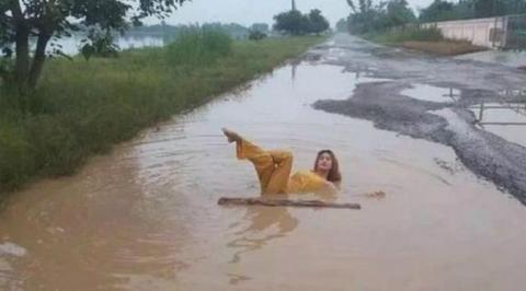 Perempuan thailand mandi di kubangan air, protes jalan rusak