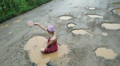 Model cantik mandi di kubangan air keruh, protes jalan rusak