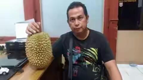 Penjual 2 buah durian Rp. 700 ribu