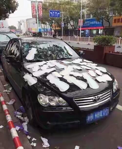 Dikira selingkuh mobil pacar ditempeli pembalut