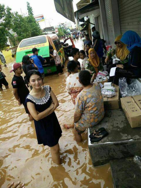Sosok cantik di daerah banjir jadi perhatian netizen